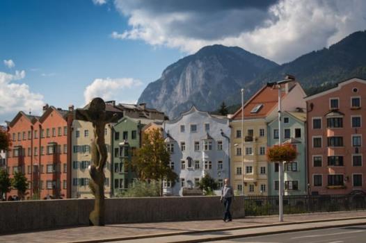 Blick über den Inn auf die bunten Häuser der Mariahilfstraße.