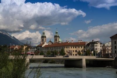 Blick über den Inn auf das Stadtarchiv und der Dom Sankt Jakob.