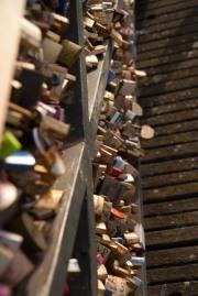 Kette mein Herz an diese Brücke.