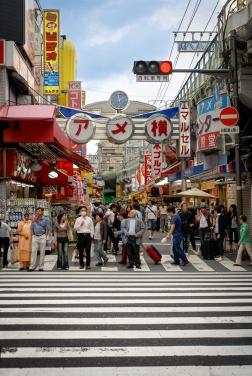 Marktstraße Ameya-Yokochō entlang der Yamanote Hochbahn Linie.