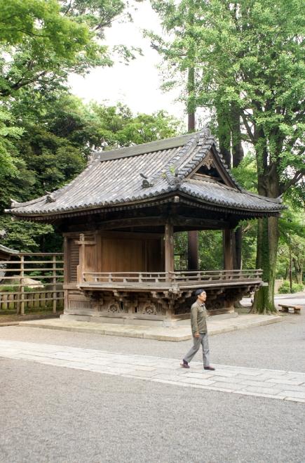 Die Kagura-den ist eine Bühne, auf der bei Schreinfesten rituelle Tänze aufgeführt werden.