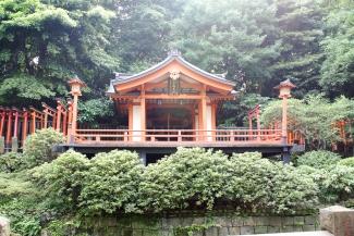 Der Otome-Inari-Schreins im Garten des Nezu-Schrein ist zu Ehren des Reisgottes Inari.