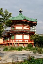 Shinobazunoike Bentendo Tempel steht auf einer Insel im Shinobazu See.