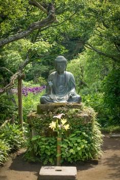 Buddhastatue im Eingangsbereich des Tōkei-ji Tempels.