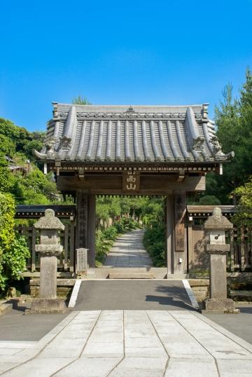 Shūsanmon (嵩山門) - Dort befindet sich das Sairai-an (西来庵) und die Halle des Gründers, Kaizandō (開山堂), diese können nicht besichtigt werden.