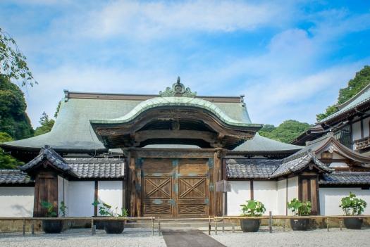 """Das Karamon wird auch """"Tor für den Kaiserlichen Boten"""" (勅使門, chokushimon) genannt."""