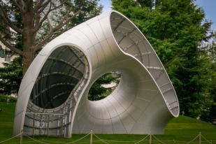 Kunstwerke im Garten des Tokio Midtown Komplex.