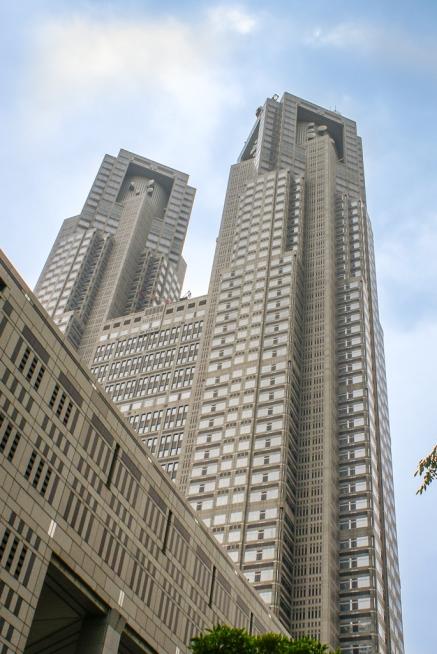 Das Tokyo Metropolitan Government Building (jap. 東京都庁舎, Architekt Kenzo Tange 243m hoch)