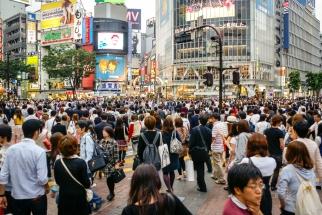 Der Platz vor dem Bahnhof Shibuya. Die Ampel schaltet auf grün und mit einem Mal bevölkern hunderte von Menschen die Straße. Das Schauspiel dauert nur wenige Sekunden.