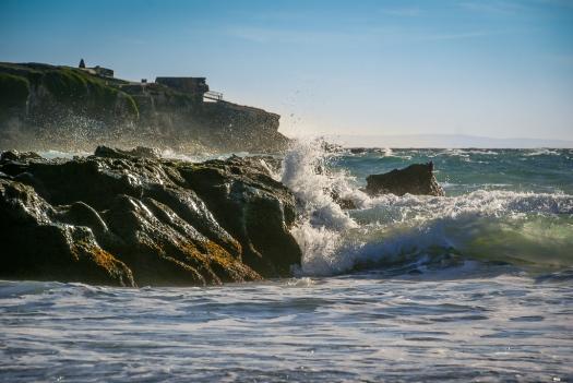 Die Wellen brechen sich an den Felsen der Isla de las Palomas.