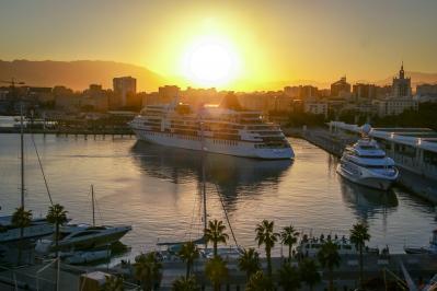 Das Kreuzfahrschiff Europa verlässt den Hafen von Malaga.