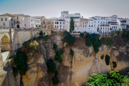 Die Häuser sind direkt an die Felskante gebaut. Hier geht es rund 100m steil in die Tiefe.
