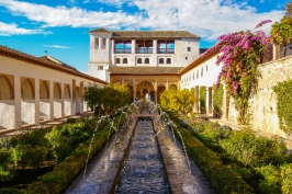 Der Generalife mit seinem Patio de la Acequia (Wasserbeckenhof) ist einer schönsten Gärten der Alhambra.