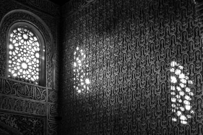 Die beeindruckenden Stuckarbeiten, der Alhambra, schimmern in der untergehenden Abendsonne.
