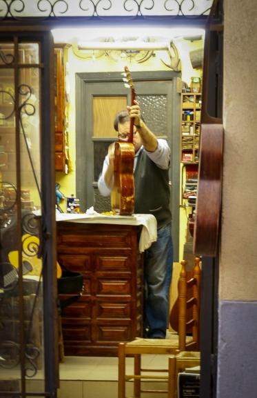 Ein Intrumentenbauer in seiner Werkstatt.