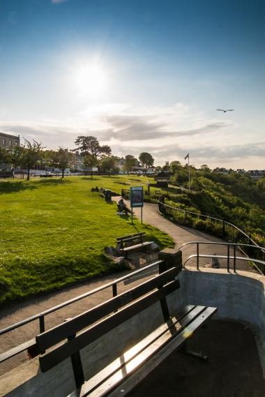 Auf der Parkbank den Sonnenuntergang geniesen.