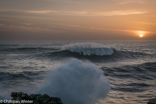 Aus der erhöhten Position sehen die Wellen (vorallem auf dem Foto) gar nicht so groß aus.
