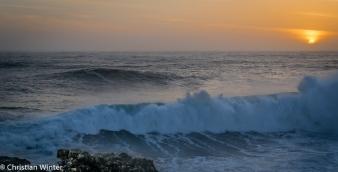 Hier in Nazarè gibt es geologische Besonderheiten. Ein Tiefseegraben von ca. 5000m kanalisiert das Wasser für diese Riesen Wellen.