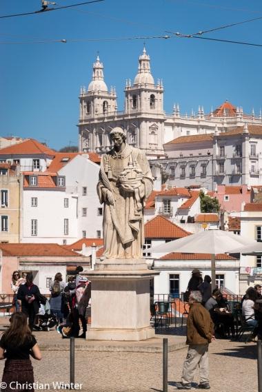 Im Hintergrund die Kirche Igreja de São Vicente de Fora und im Vordergrund São Vicente, der Schutzpatron der Stadt, höchst persönlich.
