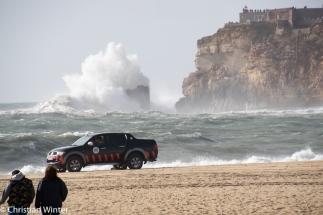 Der Strand von Nazarè wird von Lifeguards bewacht, damit niemand auf die Idee kommt ins Wasser zu gehen.