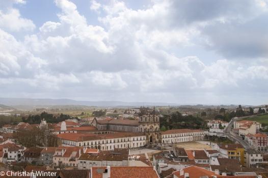 Blick von den Ruinen des Castelo de Alcobaça auf das Kloster Mosteiro de Alcobaça eines der größten, berühmtesten und ältesten Klöster des Landes.