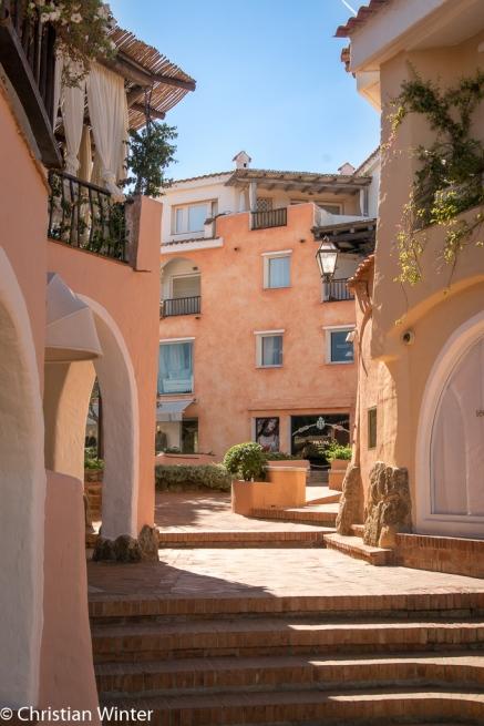 Der Baustil des Ortes verbindet alte sardische Traditionen mit modernen Elementen.