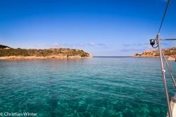 Dank der geringen Wassertiefe zwischen den Inseln und dem hellen Meeresboden aus Granitsand leuchtet das Meer um die Inseln fast zu jedem Wetter in sanftem türkis, kräftigem marineblau oder sattem smaragdgrün.